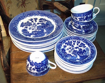 Blue Willow Service for 8 Vintage Japan Dishes Like New 32 pcs