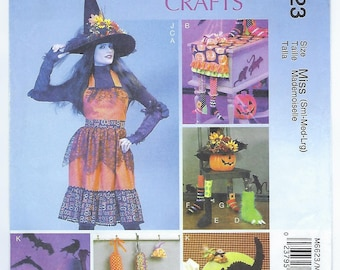 McCalls 6623 - Halloween / ADULT Apron, Table Runner, Gloves, Chair Decorations, Hat & Silhouettes