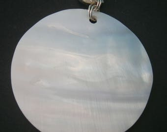 AC206) A lovely round natural coloured mop shell with 925 sterling silver bail pendant