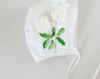 Pom-Pom - Embroidered bonnet // baby bonnet/cotton bonnet. 0-3 MONTHS