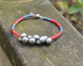 Bracelet fait main de perles disques vinyle africain recyclé et de perles de verre tchèque champignon rouge bleu et argent, bijoux fait à la main cadeau
