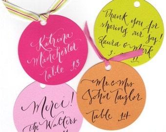 carte de place ou faveur ronde tags calligraphie pour mariage ou douche