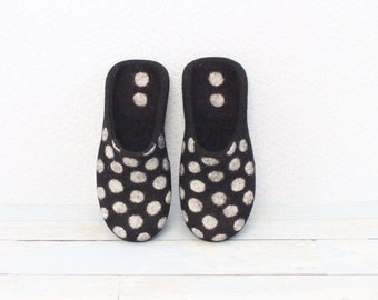 Men's slippers Wool slippers Felted slippers House shoes Slippers men Fathers day gift Black slippers Polka dots slippers Home shoes