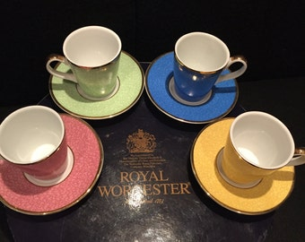 Royal Worcester 8 piece coffee set produced to celebrate the 80th Birthday of HRH Queen Elizabeth 11 in its original box, Coffee set
