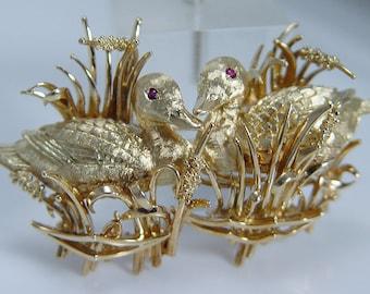Vintage Designer Kurt Wayne 18K Yellow Gold Ruby Eyes Ducks Brooch 35.1gr
