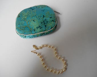 14K Gold Clasp Pearl Bracelet and Storage Case