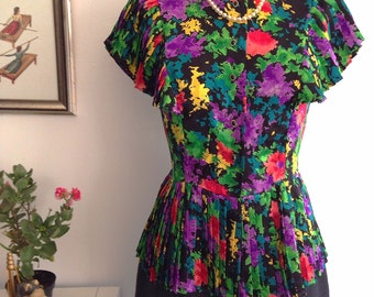 Vintage 80s Blouse buttons with sleeves and waist pleated. Multicolor floral print.