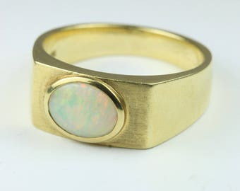 A Beautiful 14ct Yellow Gold Oval Cut White Opal Ring Size: 12 -Y