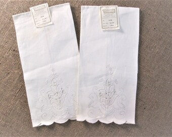 Vintage Guest Towel Set Antique Linens Hand Embroidered Cutwork Cottage Bath Guest Room Decor White Embroidery Vintage Linens