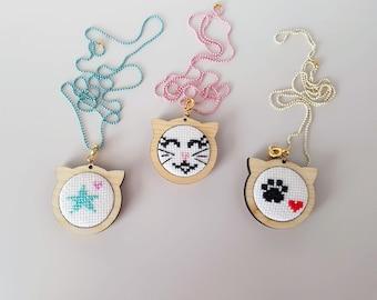 Mini embroidery hoops cat shaped pendant // Colgantes mini bastidores bordados forma gato
