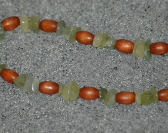 Wood and jade chips necklace