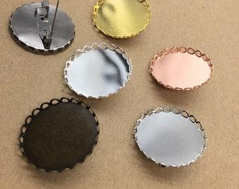 50 leicht Messingschloss Pin zurück Brosche W / Spitze Rahmen 25mm Runde Lünette Antik Bronze / Silber / Gold / Rose Gold / Weißgold / Gun-Metall-Großhandel
