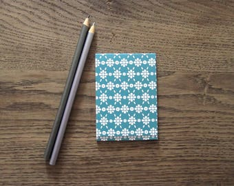 Notepad with magnetic closure