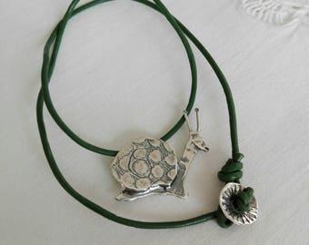 Colgante caracol con cordón grueso / Necklace with little snail