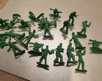 22 Green Plastic Army Military figures men with guns toy