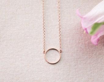 Kette Kreis, Ring, kurz und rund geformt in Rosegold veredeltem Messing. Minimalistisch und filigran. LemonandPink