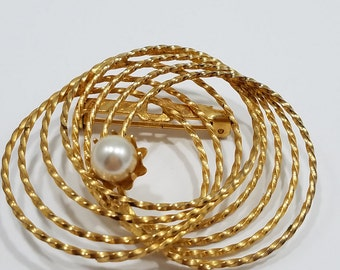 Simple & Beautiful Gold Tone Circular Brooch with Accent Faux Pearl