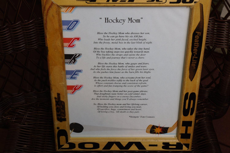 Hockey mamá poema enmarcado en palos de hockey