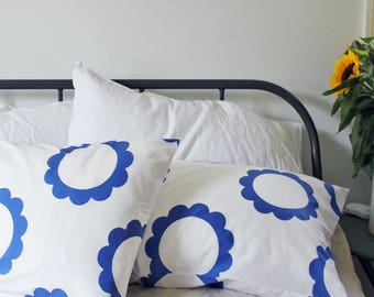 Blue daisy pillowcase