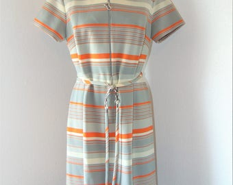 Vintage 1970s Collared Zipper down Dress in size 16