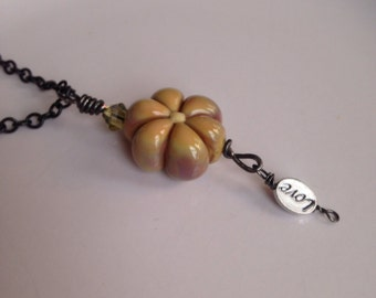 Lisa Necklace - Perle en verre fleur focale avec amour - ocre - Collier pendentif - Lampwork perle focale - amour Charm - Bloom - cadeau pour elle
