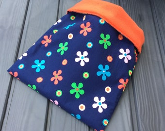 Daisies polycotton and fleece cuddle sack for small pets. Available in a range of fleece colours.