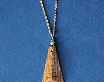 Collier pendentif pyramidale bois chaud