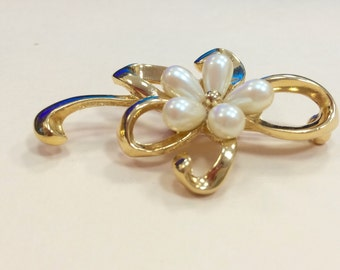 Vintage faux pearl flower brooch in gold tone