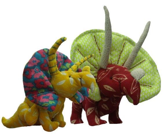 Kuscheltier-Dinosaurier-Schnittmuster. Stoff-Triceratops.