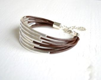 Schokolade braun Leder Manschette Armband mit Silber Tube Perlen - minimalistischer Design Multi-Strang Armreif Frauen... von B eine L-O-O-S
