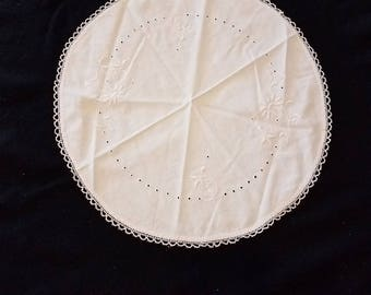 """Vintage 17"""" Round Doily Embroidered Floral Motif with scalloped Lace Edges"""