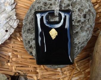 LINE OF GOLD - Pendentif élégant en cuivre émaillé noir, réhaussé d'une feuille d'or