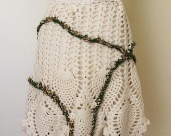 Vintage Crocheted Apron / White Apron With Green Trim / Green And White / Kitchen Apron / Entertaining