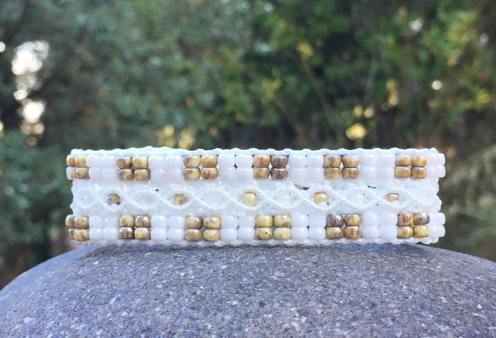 Bracelet bohème blanc et brun LAixois en micro-macramé