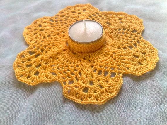 Gelber gehäkelter Teelichthalter für Thanksgiving und Weihnachten