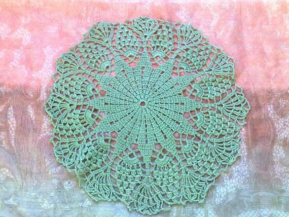 Gehäkeltes Spitzendeckchen in lindgrüner Baumwolle für Tischdekoration
