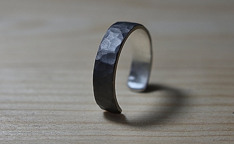adjustable_black_ring_lrplana