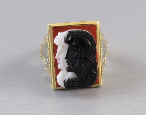 Signed Untermeyer Robbins mans antique Art Deco 14k yellow and white gold sardonyx hardstone double headed warrior cameo ring. Circa 1920-40.