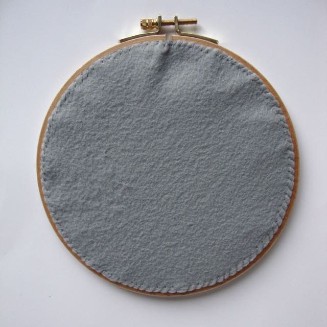 Back your embroidery hoop: smooth out any wrinkles.