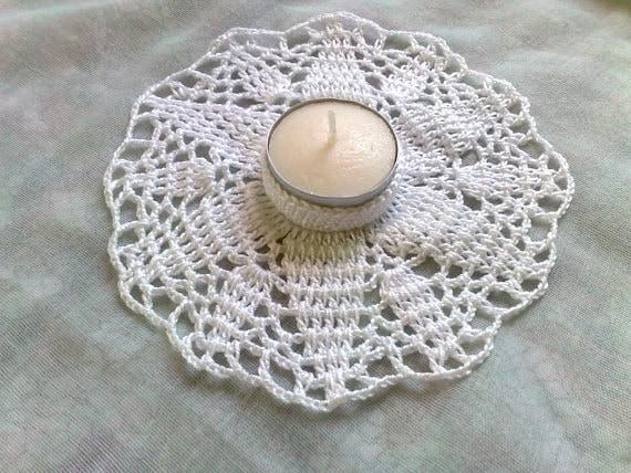 Teelichthalter im Sternchenmuster in weißer Baumwolle gehäkelt