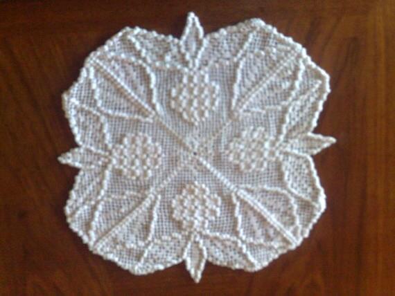 Tolles Weintrauben Deckchen in weißer Baumwolle gehäkelt