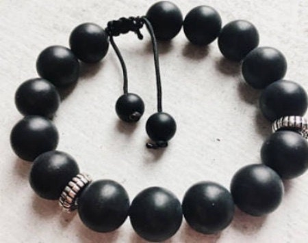 Black Onyx has the energy of strong support, determination to help one persevere. It also helps people to rely on their powers and trust their inner voice. In Feng shui Onyx is used in money & wealth amulets.