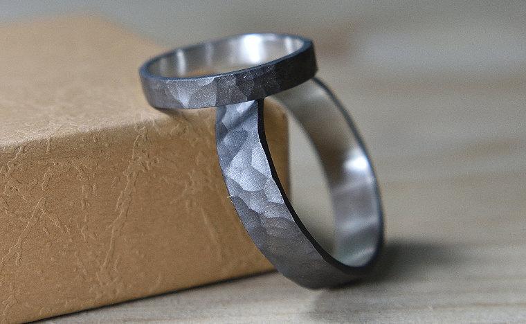 Black_hammered_rings_lrplana