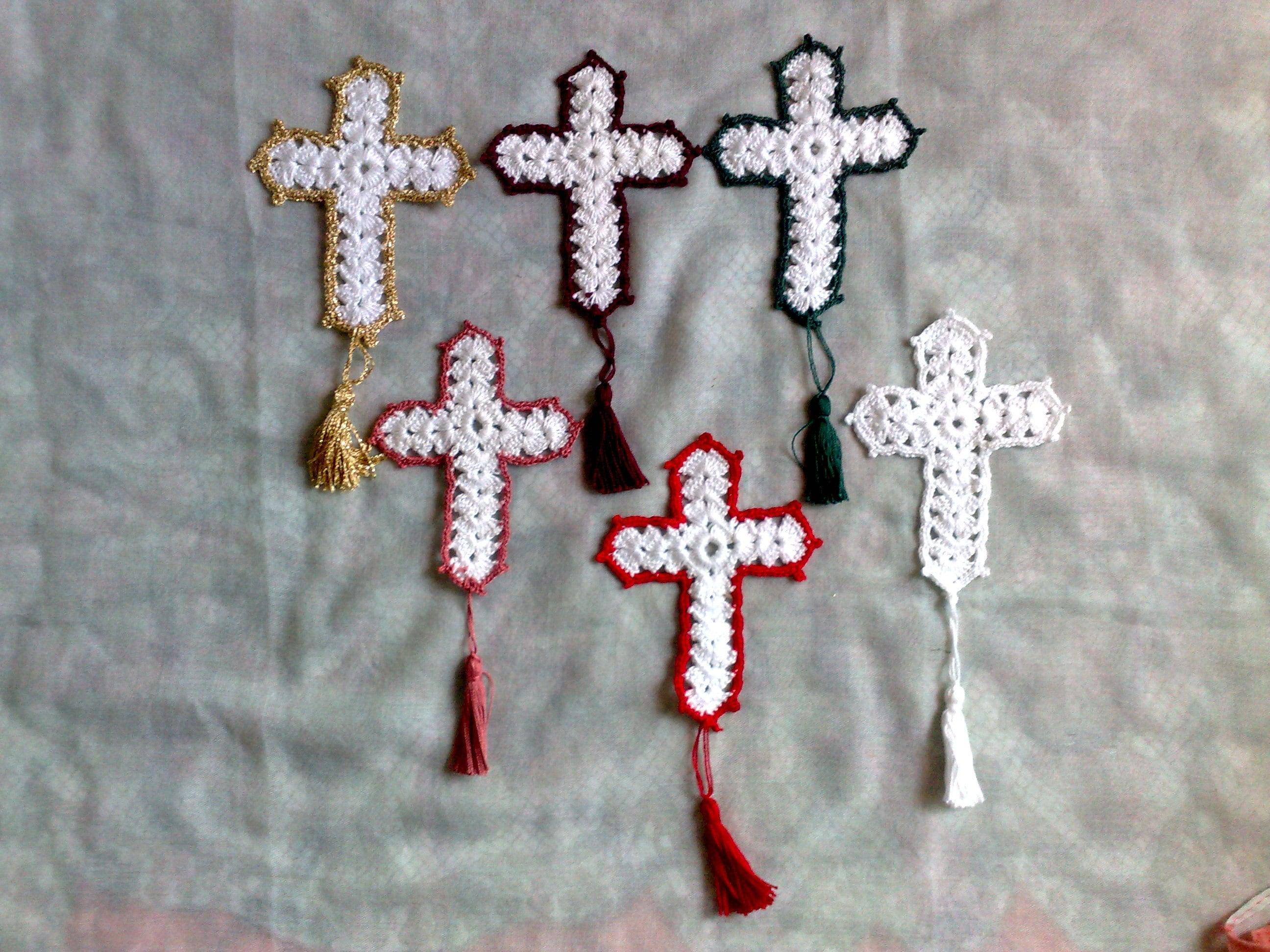 Gehäkeltes weißes Kreuz Geschenk für christliche Buchliebhaber