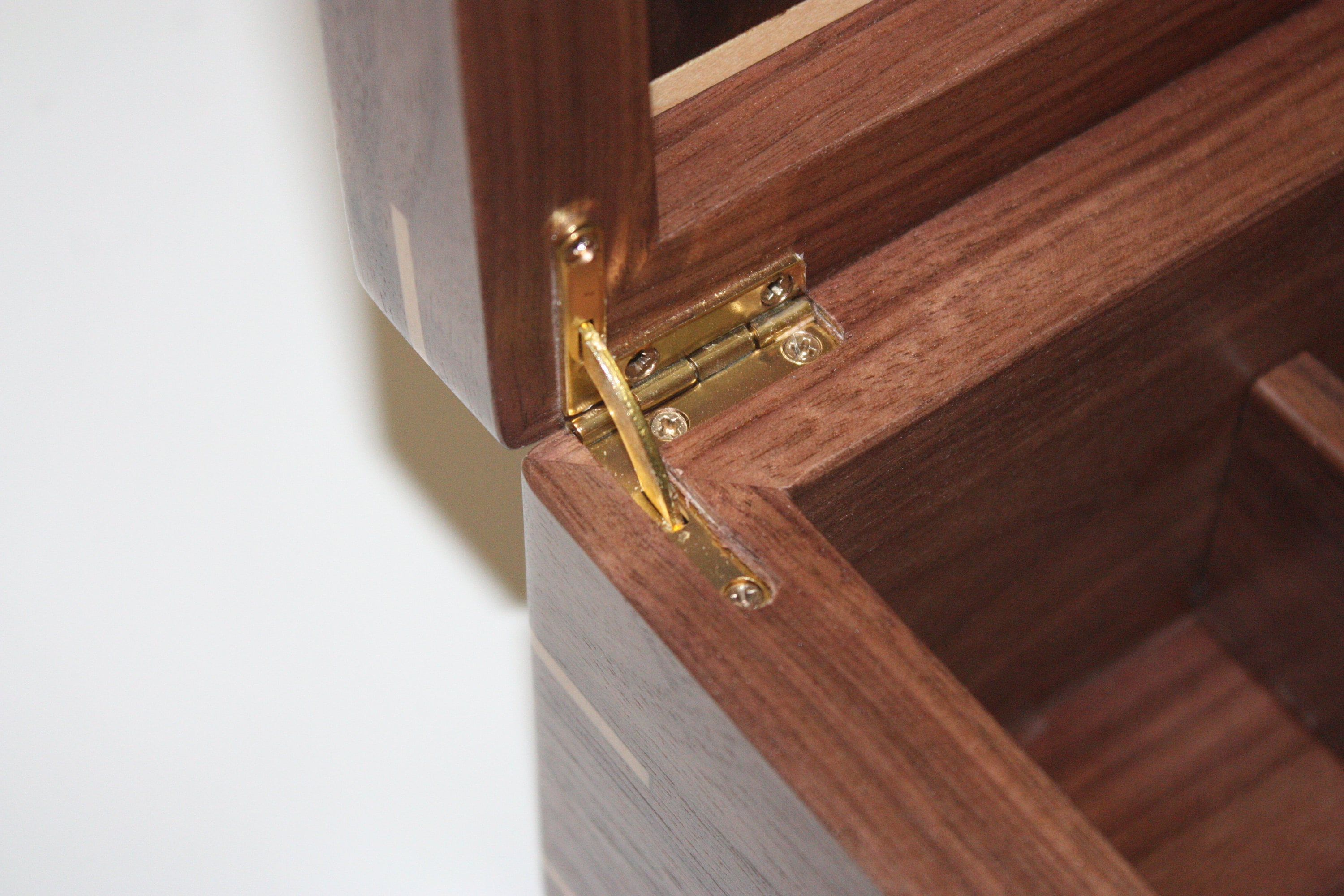 Box with quadrant hinges